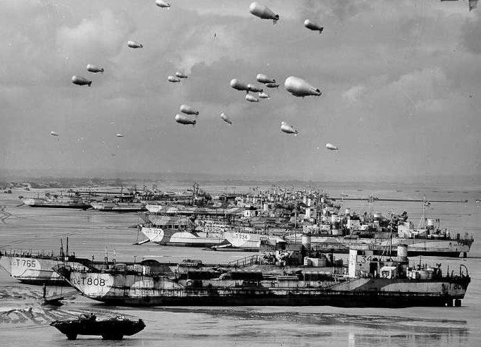 Аэростаты заграждения ВМС Великобритании прикрывают высадку союзников в Нормандии. 6 июня 1944 г.