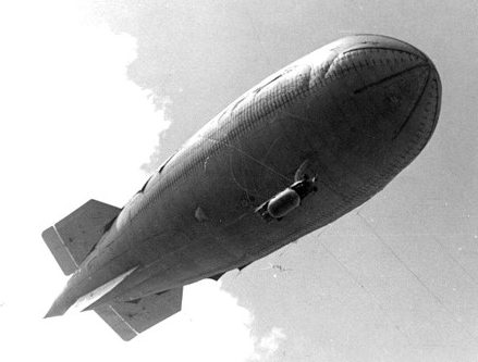 Моторизованный аэростат «Малыш» 1944 г. в полете.