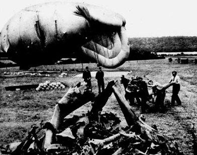 Аэростат и обломки задержанной им ракеты ФАУ -1