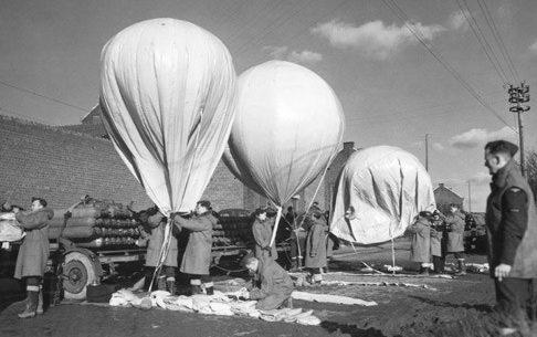 Подготовка к запуску аэростатов М-2.