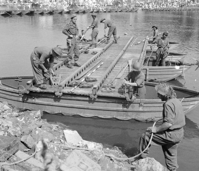 Наведение моста на деревянных понтонах