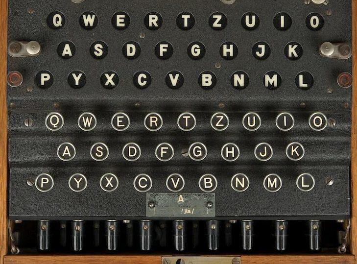 Клавиатура и панель сигнальных ламп машины Enigma