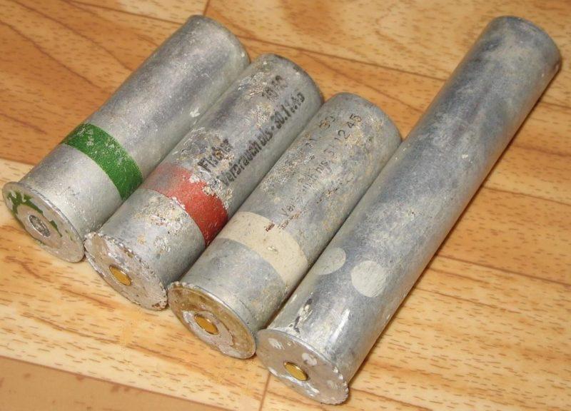26,5-мм патроны. Слева направо - зеленый, красный, осветительный с одной звездкой и белый с 6 звездками