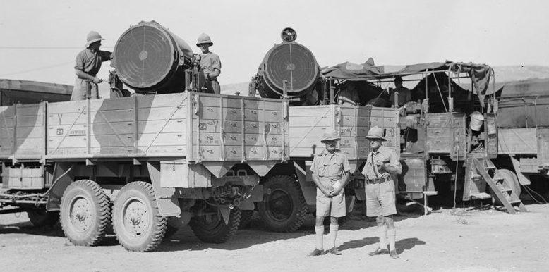 Зенитные прожектора 90-cм, установленные в кузовах грузовиков