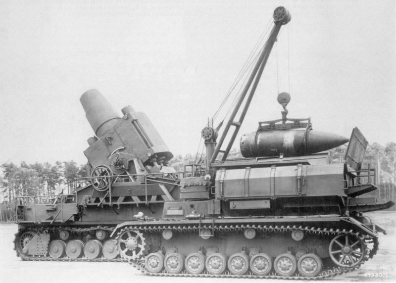 Подвозчик боеприпасов на фоне орудия «Morser Karl»