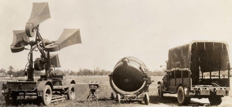 Звуковой пеленгатор обр. 1932 г. и зенитный прожектор 150-см в развернутом порядке