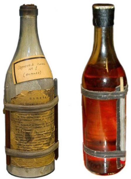 Слева - бутылка с зажигательной смесью КС-1 и с химическим воспламенителем. Справа -со спичками в качестве запала