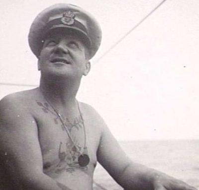 Военный моряк с жетоном на шее.