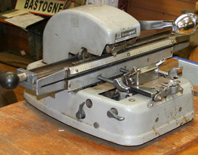 Штамповальные машинки для выдавливания данных на жетонах.