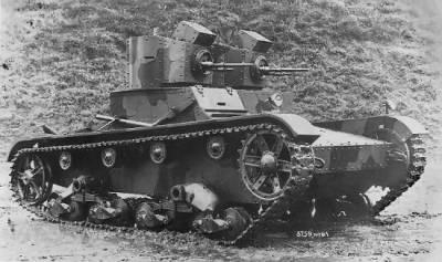 Легкий танк 7ТР. Слева – двцухбашенный с пулеметным вооружением,  справа – однобашенный c  пушечным вооружением