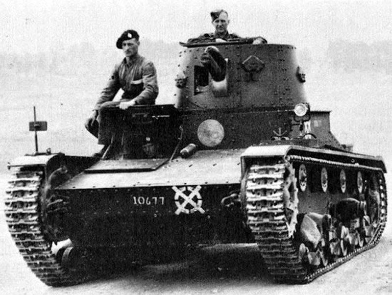Слева двухбашенный, справа однобашенный легкий танк Vickers Mk-E