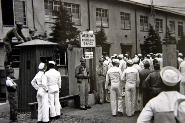 Американские моряки у японского публичного дома. 1946 г.