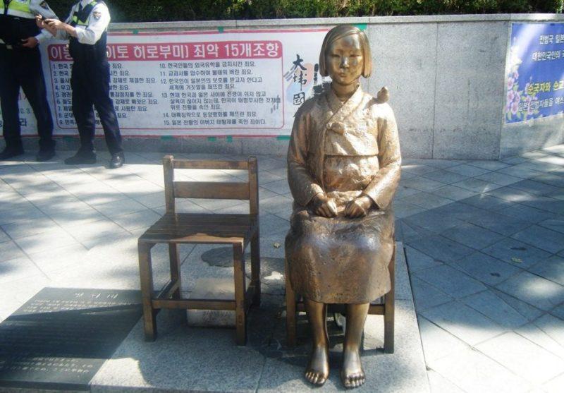 Перед посольством Японии в Республике Корея стоит бронзовая статуя девушки, символизирующая «женщин для утешения».