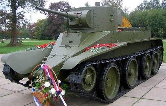 Лёгкий колёсно-гусеничный танк БТ-5: на гусеничном ходу