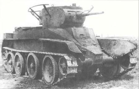 Лёгкий колёсно-гусеничный  танк БТ-5. Слева – с поручневой антенной. Справа – на гусеничном ходу. Справа внизу  – на колесном ходу.
