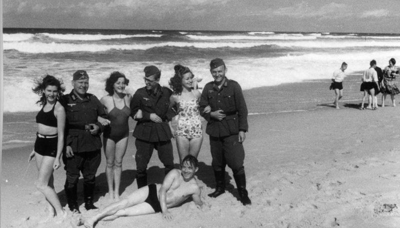 Немецкие солдаты на отдыхе с француженками. Побережье Франции 1940 год.