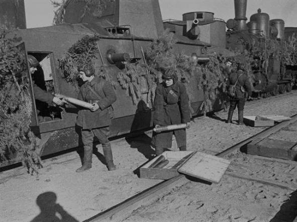 Погрузка боеприпасов в броневагон Д-2