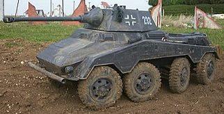 Тяжелый бронеавтомобиль. Слева - Sd.Kfz.234/2 Puma