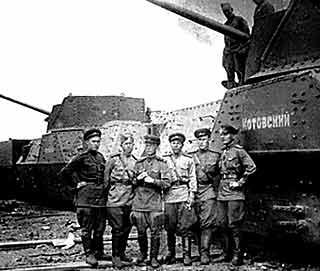 зенитный бронепоезд «Котовский» №678. Справа - дальномерный пост бронепоезда