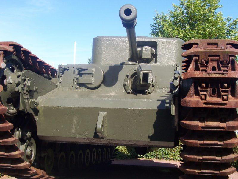 Британский тяжёлый огнемётный танк Mk-VII «Churchill-crocodile» вид спереди