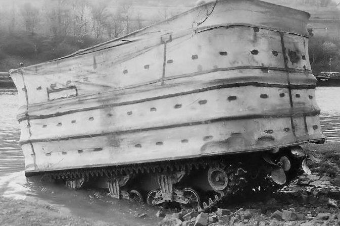 Плавающий танк Sherman DDс поднятым экраном