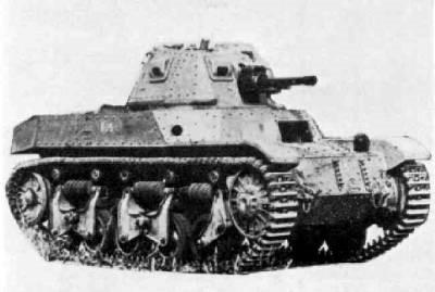 AMC-34. Слева – с 47-мм пушкой