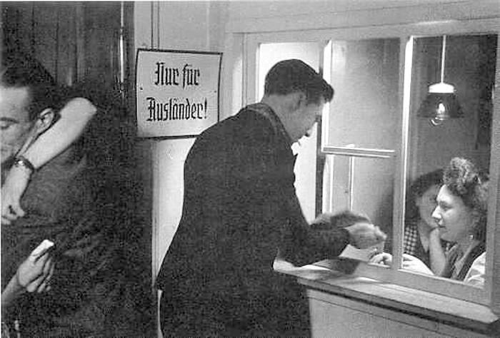 Вход в бордель. Табличка гласит «Только для немцев»