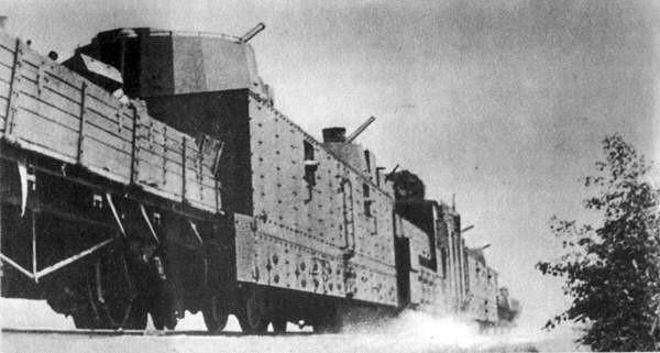Легкая артиллерийская бронеплощадка ПЛ-37. Слева - бронепоезд № 13 «Тульский рабочий» c ПЛ-37. Справа - бронепоезд №2 «За Родину» типа БП-35 c ПЛ-37