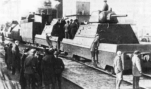 Бронепоезда типа БП-43. Слева - «Московский метрополитен». Справа - «Москва».