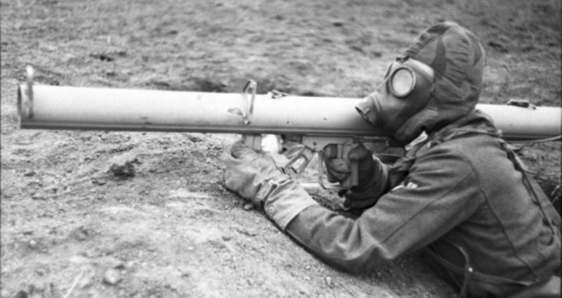 Стрелок в боевом снаряжении с гранатометом RPzB-43