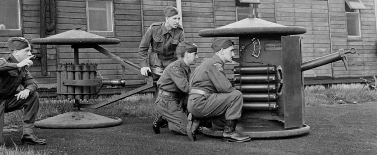 Гранатомет Smith Gun с тележкой для боеприпасов в боевом положении