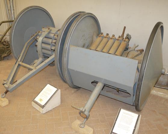 Гранатомет Smith Gun с тележкой для боеприпасов в походном положении