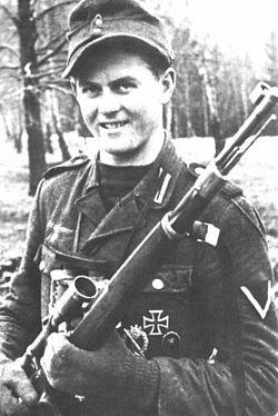 Матиас Хетценауэр. 345 побед за девять месяцев боев. Ефрейтор. После трехмесячных курсов снайперов в 1944 г. служил в полку горных егерей. Использовал винтовку Mauser 98k с 6-кратным оптическим прицелом и полуавтоматическую винтовку Gewehr 43 с 4-кратным прицелом.