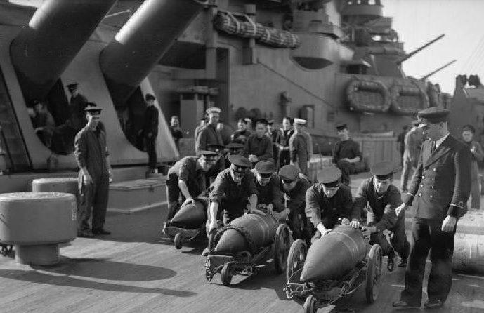 подготовка к заряжанию орудия BL16 на линкоре «Nelson»