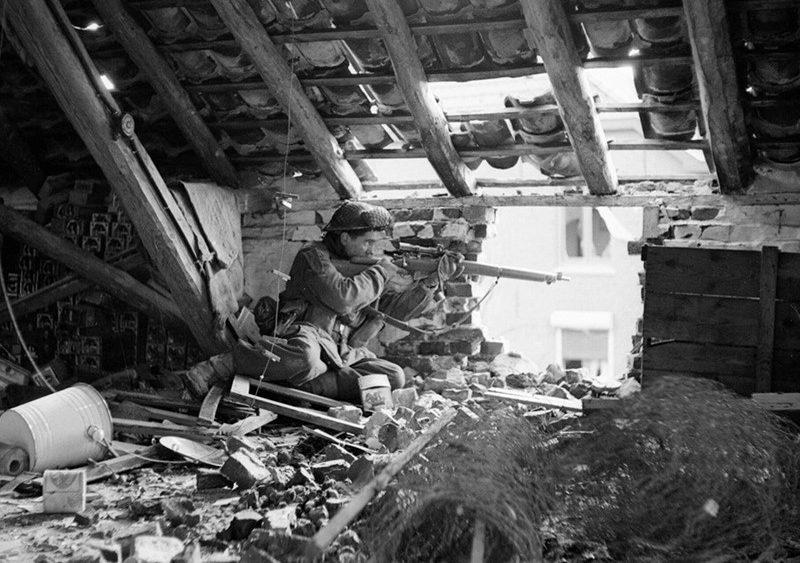 Снайпер на позиции на чердаке здания