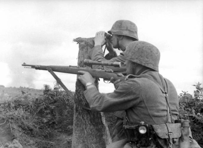 Немецкий снайпер и наблюдатель у Воронежа.1941 г.