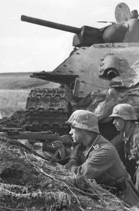 Снайперская позиция у подбитого танка. Восточный фронт. 1943 г.