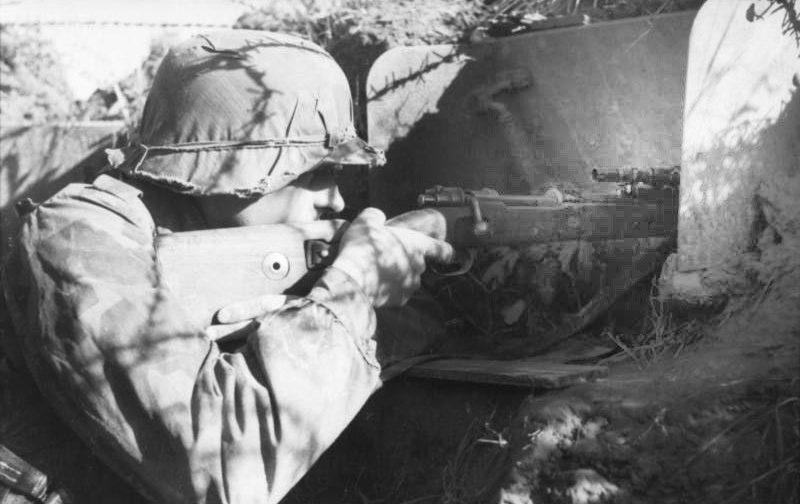 Снайпер Люфтваффе на позиции. Восточный фронт. 1942 г.