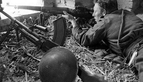 Снайпер с винтовкой Lee-Enfield № 3 Mk-I на позиции. Ортон.1943 г.