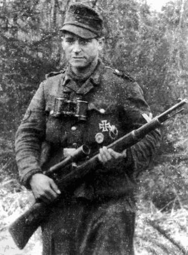 Бруно Суткус. 209 побед за полгода боев. Обер-ефрейтор. В 1943 г. обучался в снайперском училище в Вильнюсе. В 1944 г. шесть месяцев воевал на Восточном фронте, затем был инструктором в снайперской школе.