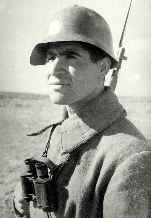 Салбиев Владимир Гаврилович. 601 победа. Родился на Кавказе. До войны служил в милиции. Лейтенант. Воевал с первого до последнего дня войны. Трижды был ранен, контужен.