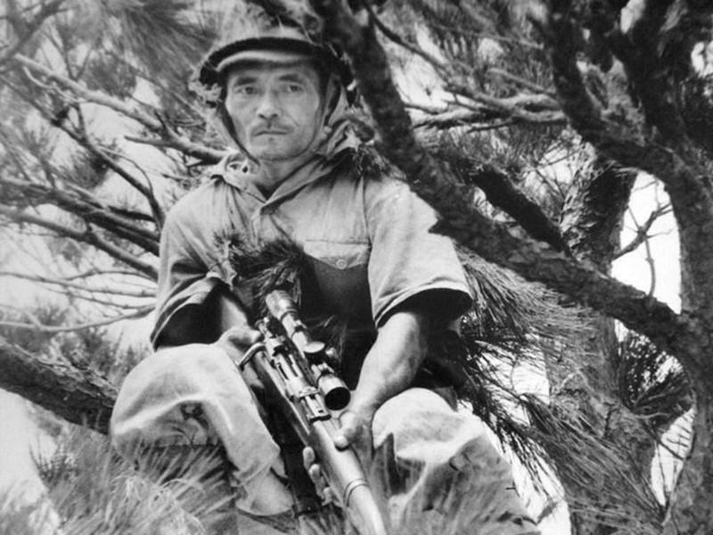 Японский снайпер с винтовкой Арисака Тип 97.