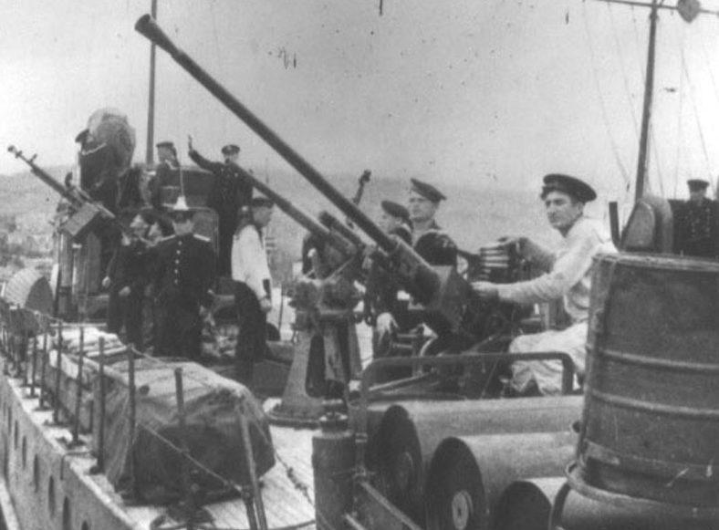 25-мм зенитная установка 84-КМ на сторожевом катере.