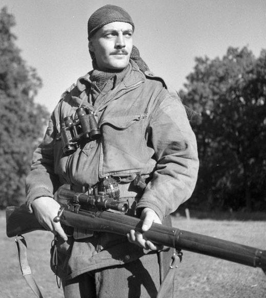 Канадский снайпер сержант Гарольд Маршалл с винтовкой SMLE №4 Mk-1(Т).