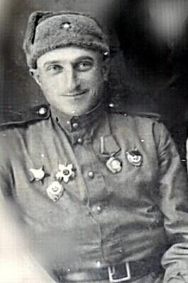 Квачантирадзе Василий Шалвович. 534 победы. Родился на Кавказе. Старшина. Служил снайперов в 1942-1945 гг. Был ранен 5 раз. Подготовил более 50 снайперов.