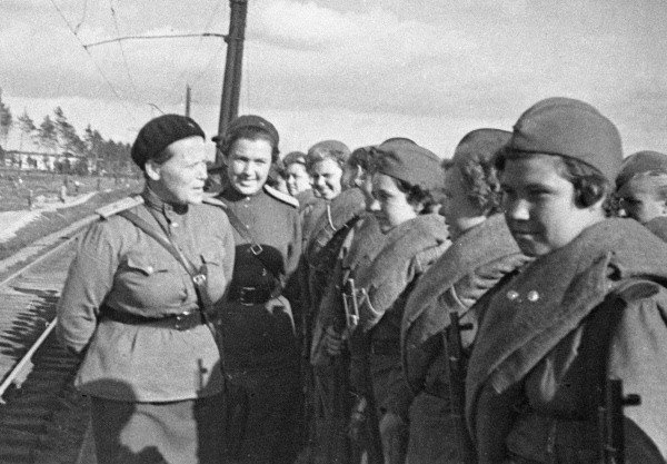 Выпускницы Центральной женской школы снайперской подготовки перед отправкой на фронт. 1943 г.