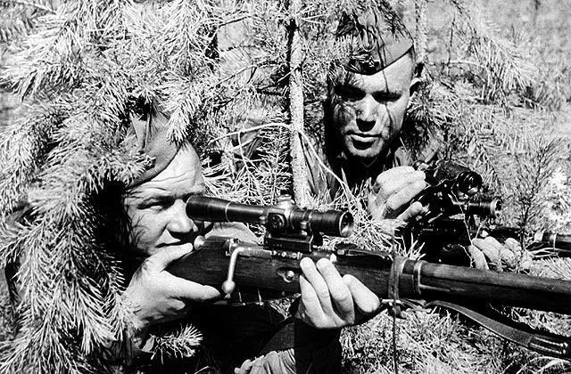 Снайперская пара на позиции