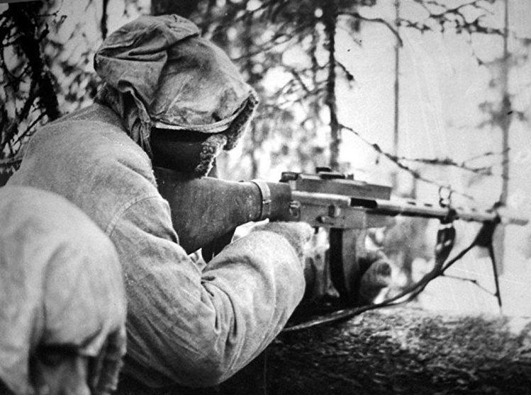 Финский солдат с ручным пулеметом «Lahti-Saloranta».
