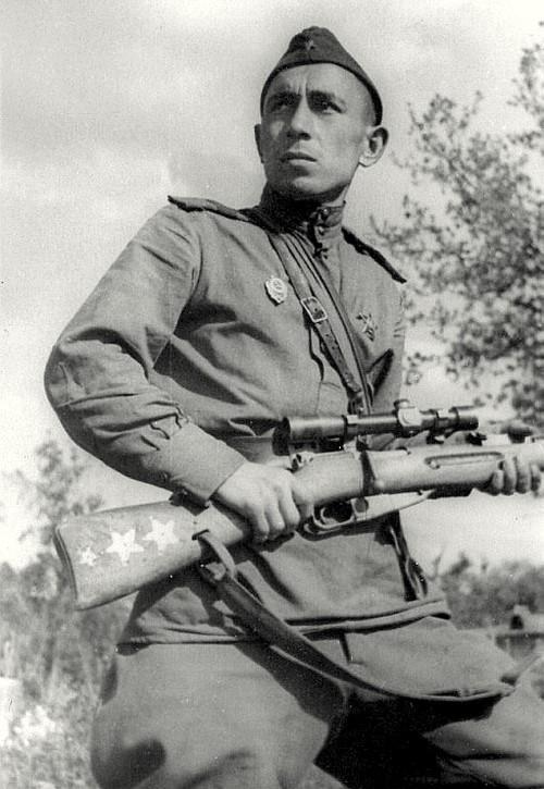 Ахметьянов Ахат Абдулхакович. 502 победы. Родился в Башкирии. До войны работал учителем. Участник советско-финской войны. Старший сержант. С 1942 г. – снайпер. Четыре раза ранен, получил контузию. Подготовил 25 снайперов. Демобилизован в 1944 г.