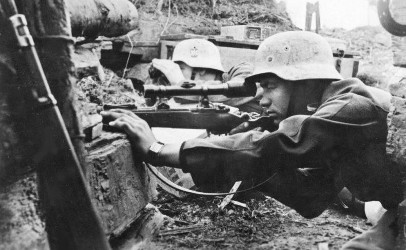 Снайпер с винтовкой Mauser Kar98k с прицелом Dialytan RH-36. Восточный фронт. 1943 г.